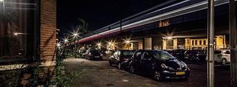 Delft, nacht of avond fotografie, trein over bovengronds spoor, bewegingsonscherpte